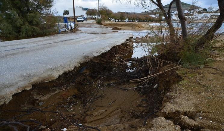 Καταστροφές άφησε πίσω της η σφοδρή νεροποντή στην Πάρο…  (Βίντεο + Φώτο)