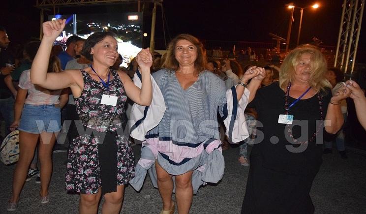 Άφησε για λίγο τη... μαγειρική ποδιά και ξεφάντωσε χορεύοντας η Αργυρώ Μπαρμπαρίγου στο Φεστιβάλ της Σίφνου!