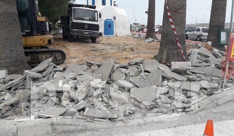 Πάρος: Ξεκίνησε το έργο της αντικατάστασης πλακών στην περιοχή του Αγ. Νικολάου Παροικίας